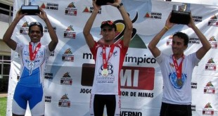 Juninho recebendo premiação - Foto: Simone Alves