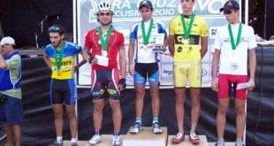 Atleta em segundo lugar no GP do Milho de Ciclismo