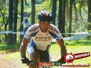 O ciclista Iata Anderson precisa de sua ajuda