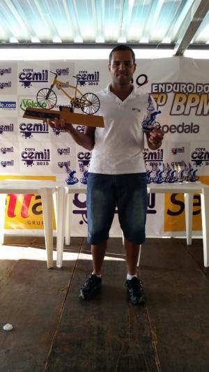 Alexandre Antônio Pereira Campolino registra o seu nome no troféu